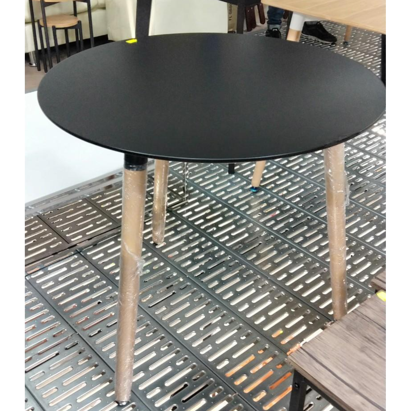 WYNA Round Table in BLACK