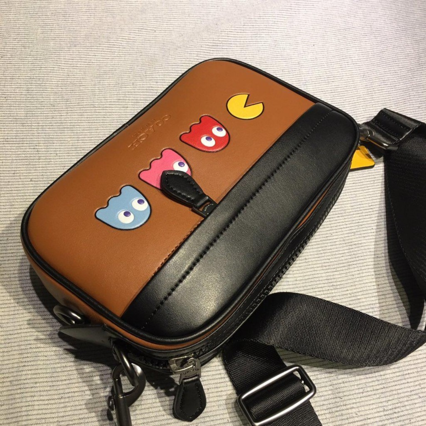 (SG COD)  Both men and women can use F72921 Pac-Man pocket / camera bag / Messenger coach  bag
